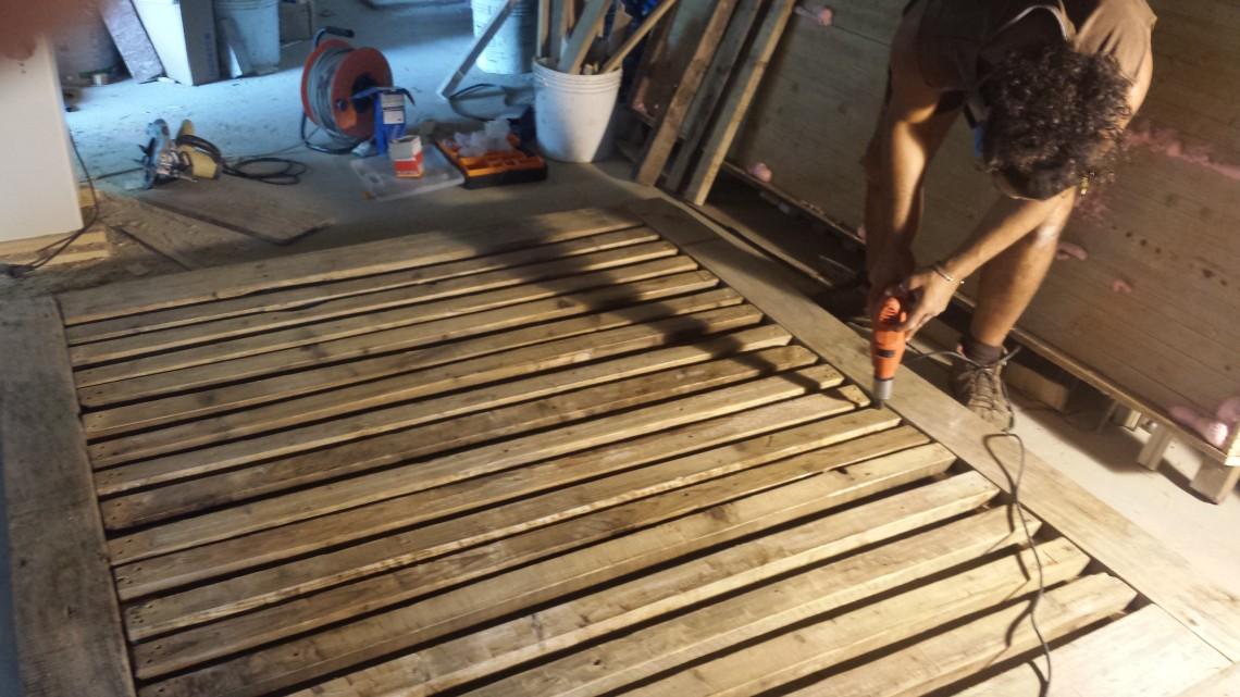 Letto Di Pallets : Letto con legno recuperato da pallet e travetti del tetto